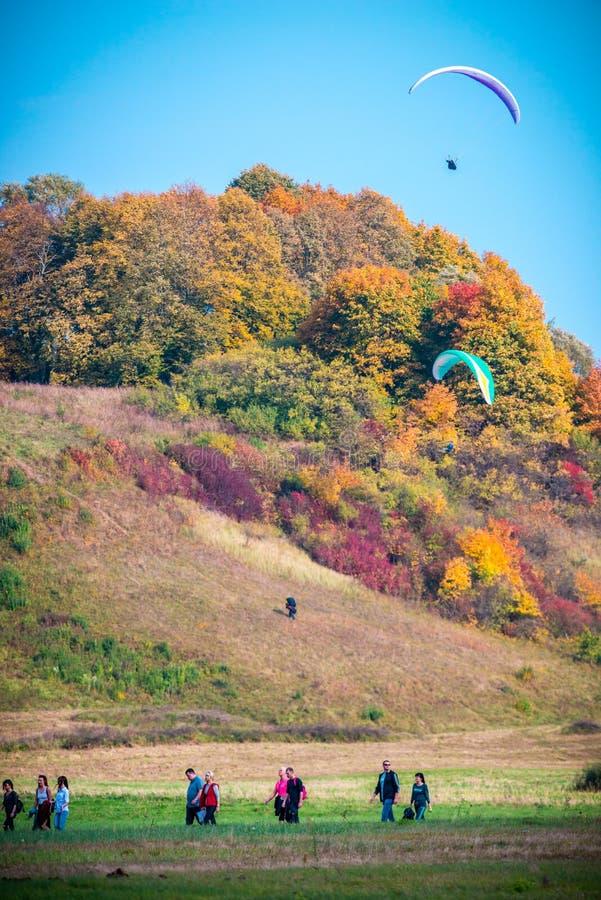 Paragliding i nedgångnaturen, Kernave kullar royaltyfri fotografi