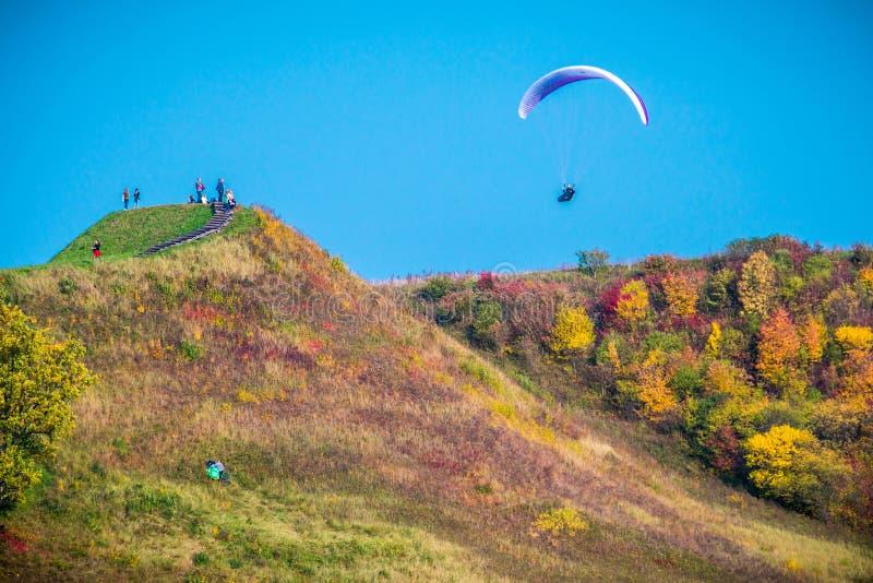Paragliding i nedgångnaturen, Kernave kullar arkivfoto