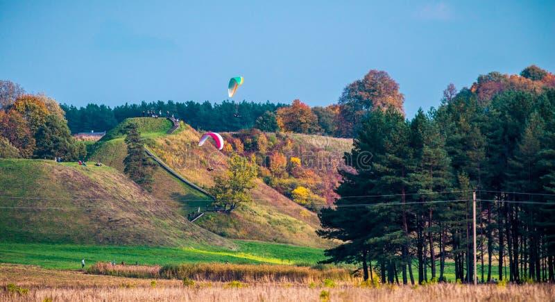 Paragliding i nedgångnaturen, Kernave kullar royaltyfri bild