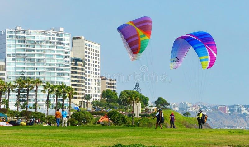 Paragliding i widok Parque Del Amor, Lima zdjęcia royalty free