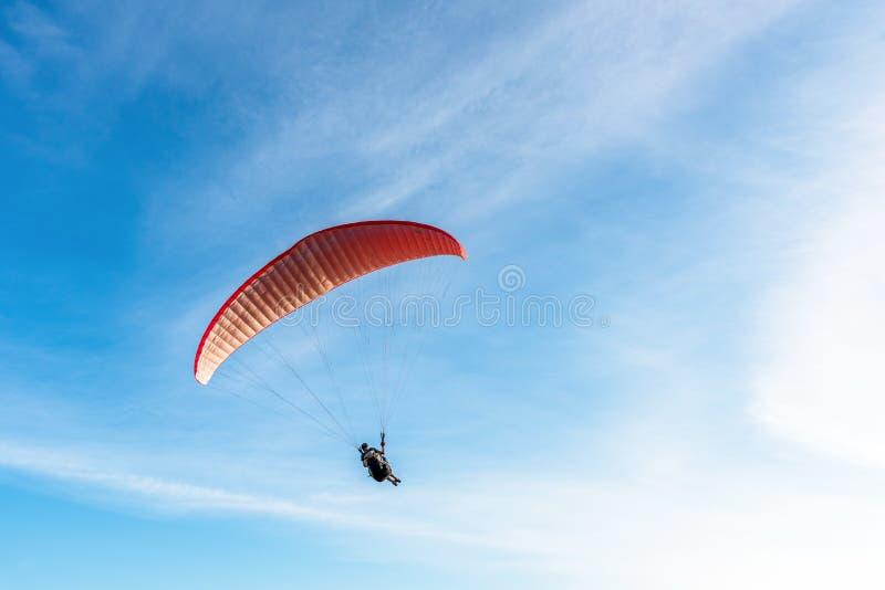 Paragliding Krańcowy sport, Paraglider latanie na niebieskim niebie i biel, chmurniejemy w letnim dniu przy Phuket morzem, Tajlan obraz royalty free