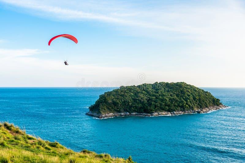 Paragliding Krańcowy sport, Paraglider latanie na niebieskim niebie i biel, chmurniejemy w letnim dniu przy Phuket morzem, Tajlan fotografia royalty free
