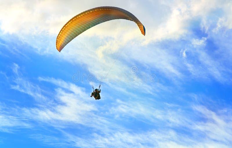Paragliding krańcowy sport z niebieskim niebem i chmurami na tle zdjęcia royalty free