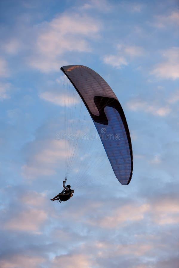 Paragliding nad morzem obraz stock