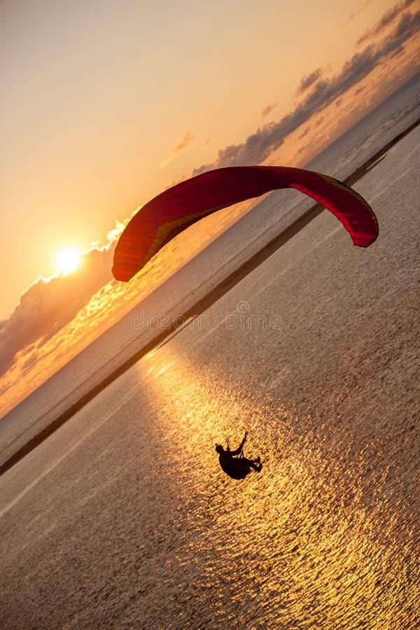 Paragliding nad morzem obraz royalty free