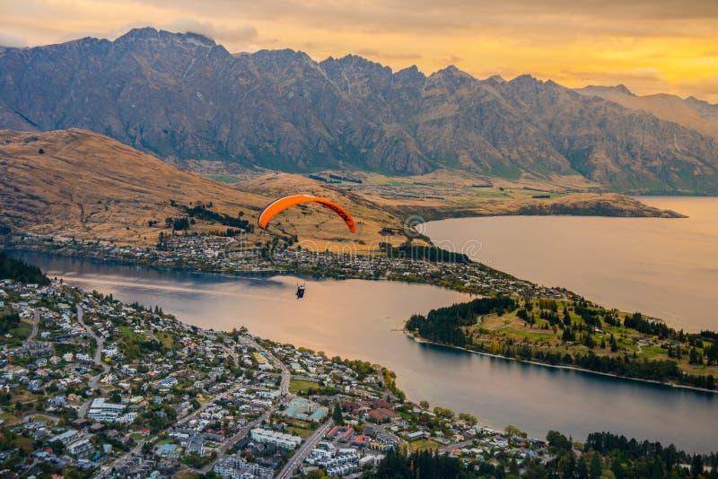 Paragliding nad Queenstown Wakaitipu od punktu widzenia przy Queenstown linią horyzontu i jeziorem, Nowa Zelandia zdjęcia royalty free
