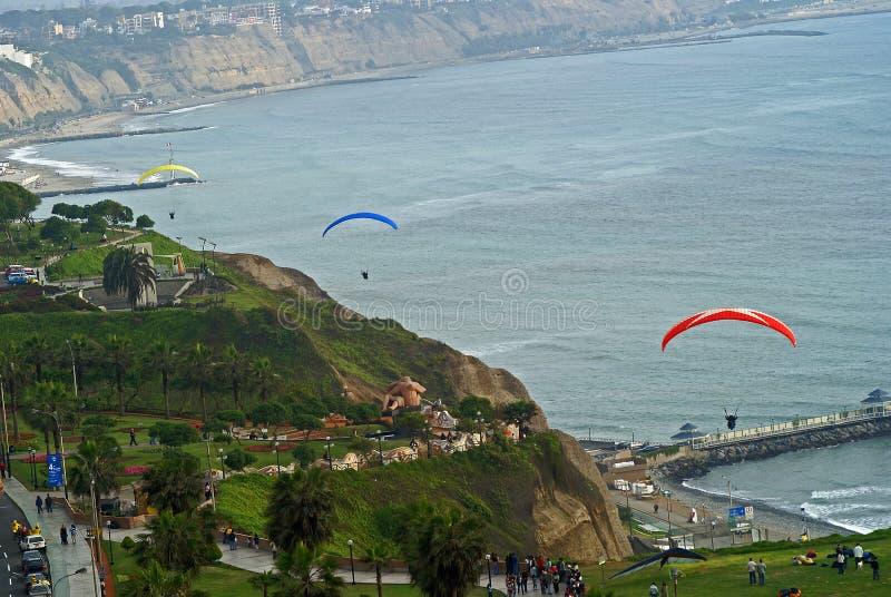 Paragliding no cais de Miraflores, Lima - Peru foto de stock
