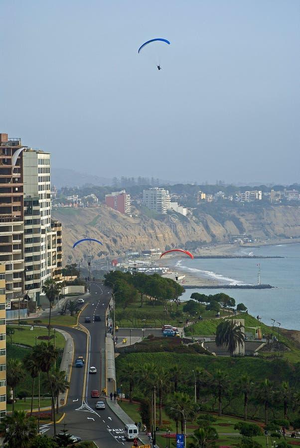 Paragliding no cais de Miraflores, Lima - Peru imagens de stock royalty free