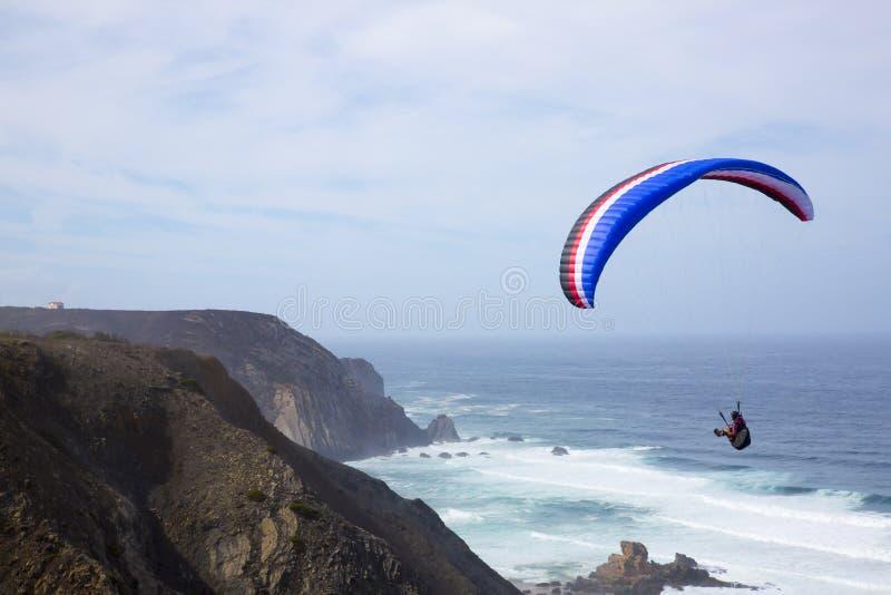 Paragliding ovanför havet på den Castelejo stranden i Portugal royaltyfri bild
