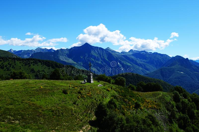 Paragliding ovanför Lago Maggiore med sikt till bergen och Pizen Vogorno royaltyfria bilder