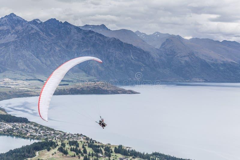 Paragliding ovanför sjön Wakatipu, Queensland, Otago, Nya Zeeland royaltyfri fotografi