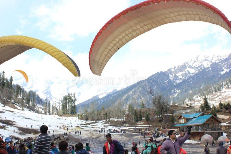 Paragliding på den Solang dalen, Manali Himachal Pradesh, (Indien) royaltyfri foto