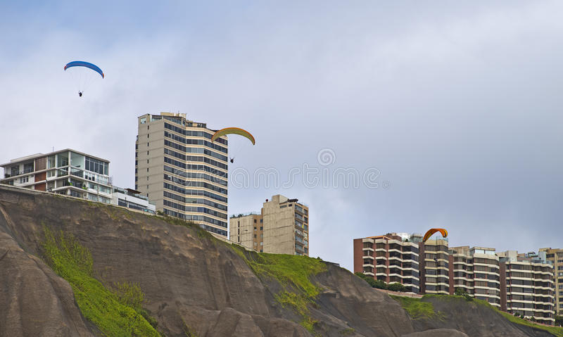 Paragliding przy Miraflores, Lima, Perú obrazy stock