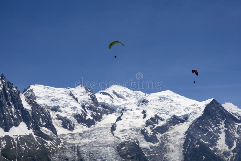 Paragliding sobre el macizo de Mont Blanc en las montañas francesas sobre Cham imagenes de archivo