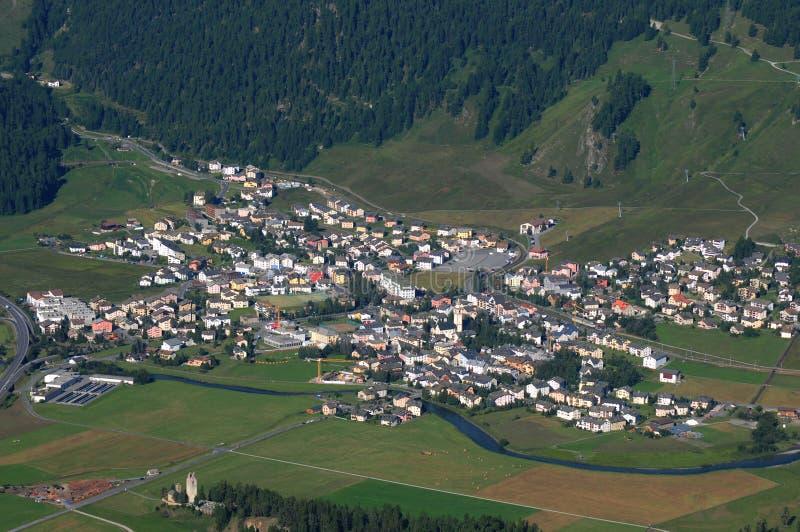 Paragliding sobre el pueblo Celerina del moutnain del suizo en la E superior imágenes de archivo libres de regalías