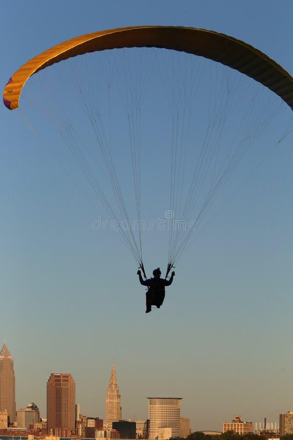Paragliding sobre la ciudad foto de archivo libre de regalías