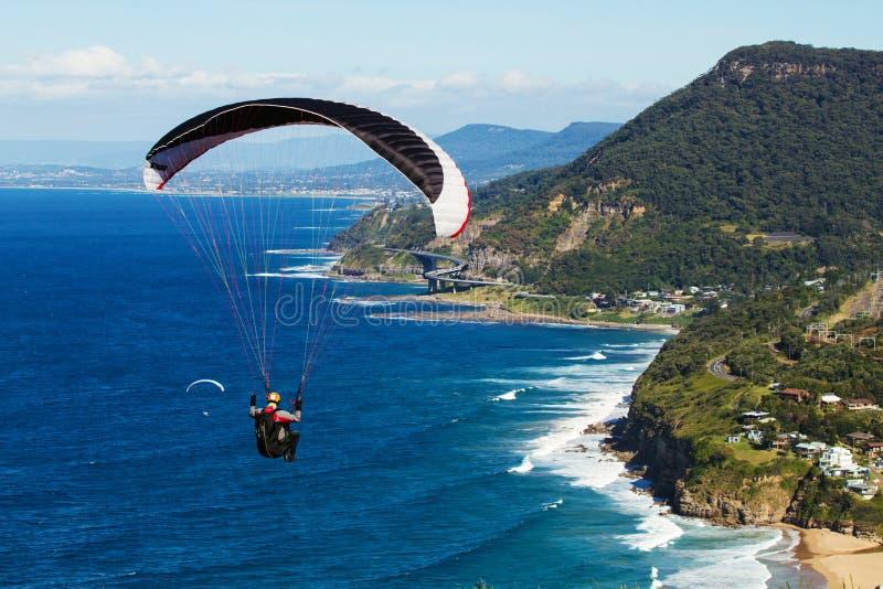 Paragliding sobre la escarpa acean y costera imagen de archivo libre de regalías