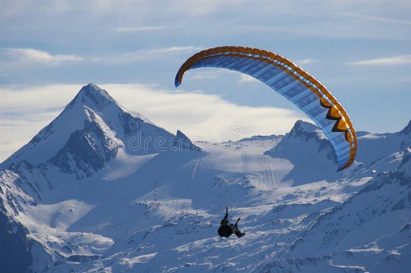 Paragliding sobre la montaña imagen de archivo