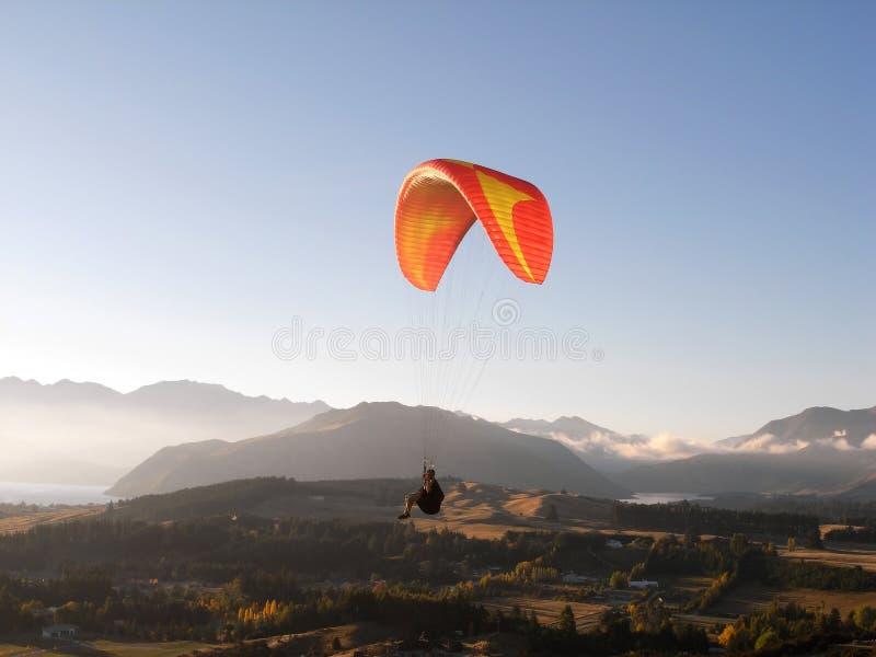 Paragliding sobre paisaje de la montaña fotografía de archivo libre de regalías