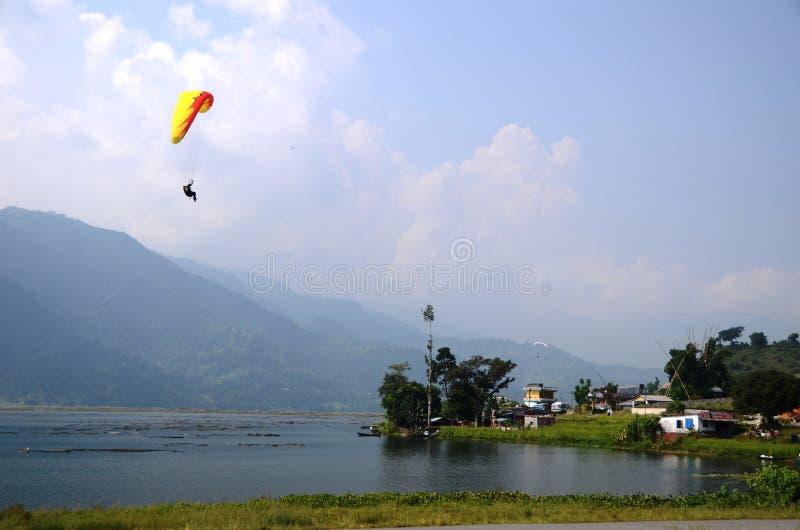 Paragliding sobre um lago imagem de stock royalty free