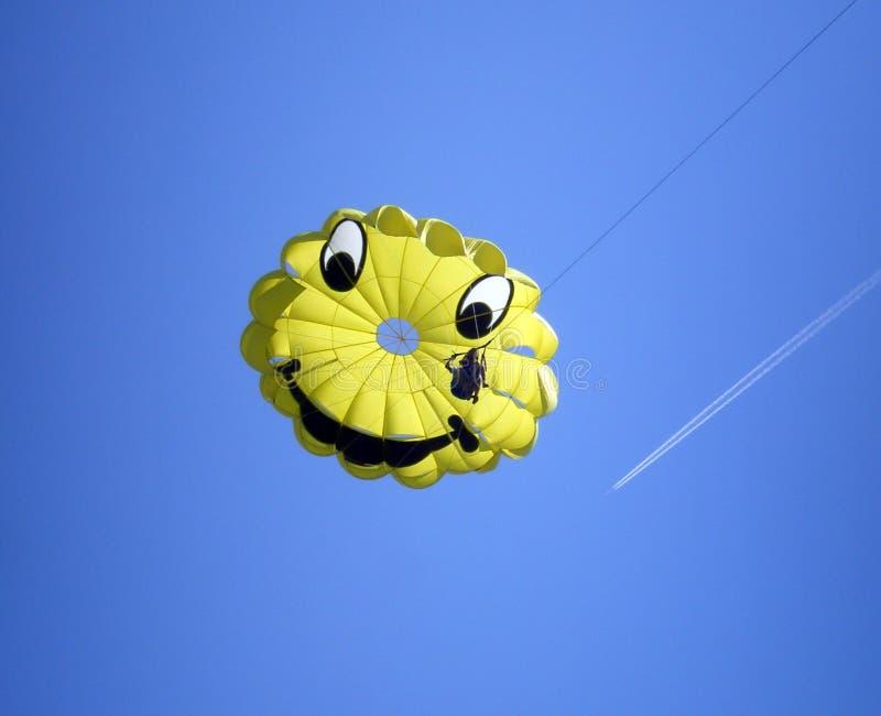 Paragliding sonriente sobre el cielo azul foto de archivo libre de regalías
