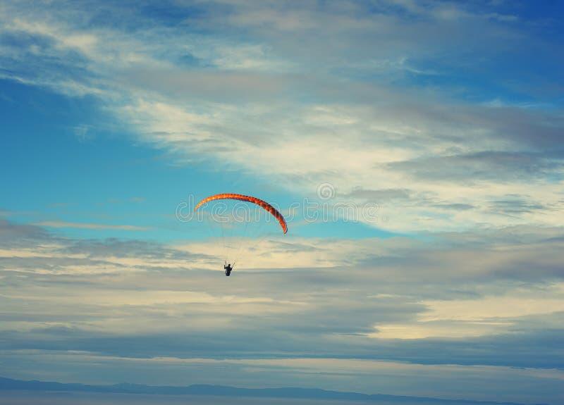Paragliding tandem przeciw jasnego niebieskiego nieba sporta tła krańcowemu wizerunkowi zdjęcie royalty free