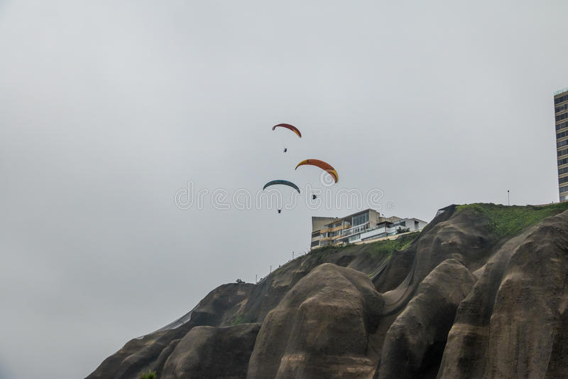Paragliding w Miraflores okręgu - Lima, Peru obraz stock