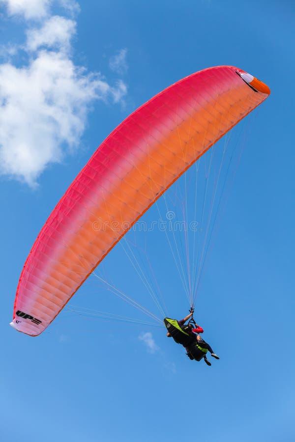 Paragliding w niebieskim niebie z chmurami, tandem obrazy royalty free