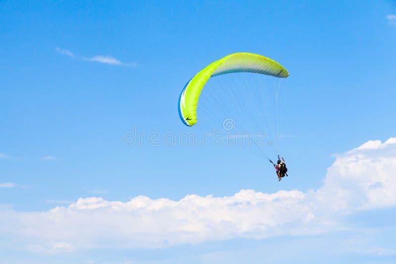 Paragliding w niebieskim niebie z chmurami, tandem zdjęcie stock