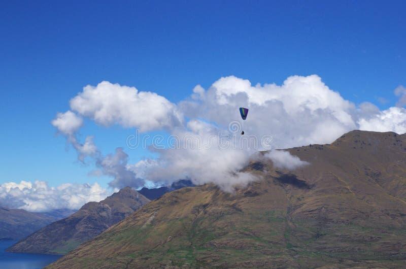 Paragliding w Queenstown, Nowa Zelandia obrazy stock