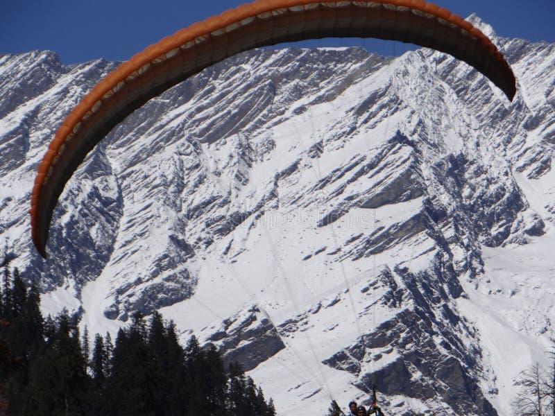 Paragliding w tle tam i jest piękny śnieg zakrywającymi moutains India fotografia royalty free