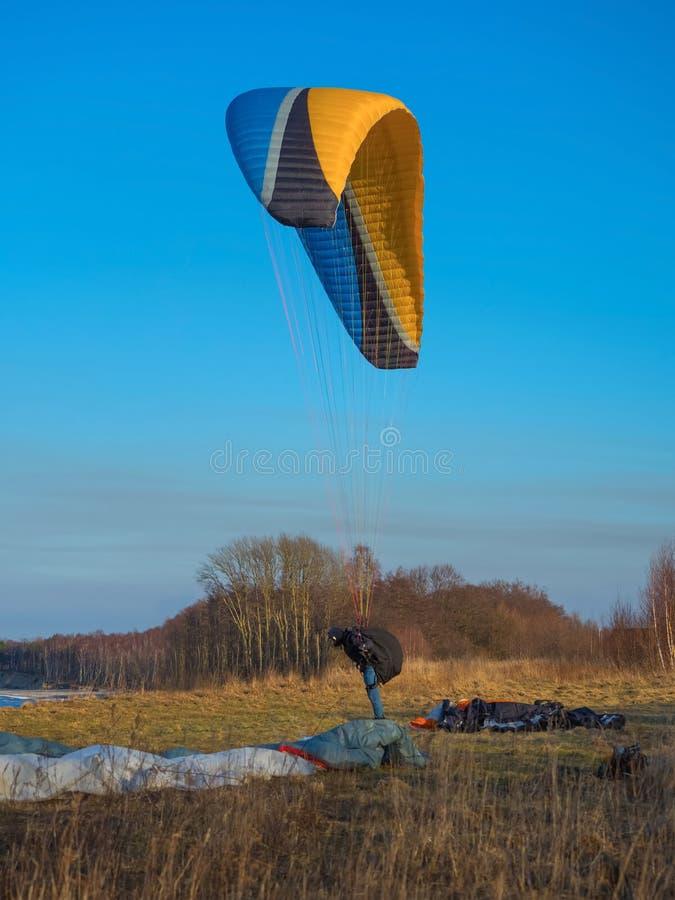 Paragliding, wiatrowy spadochroniarstwo, krańcowy paragliding, lekki samolot fotografia stock