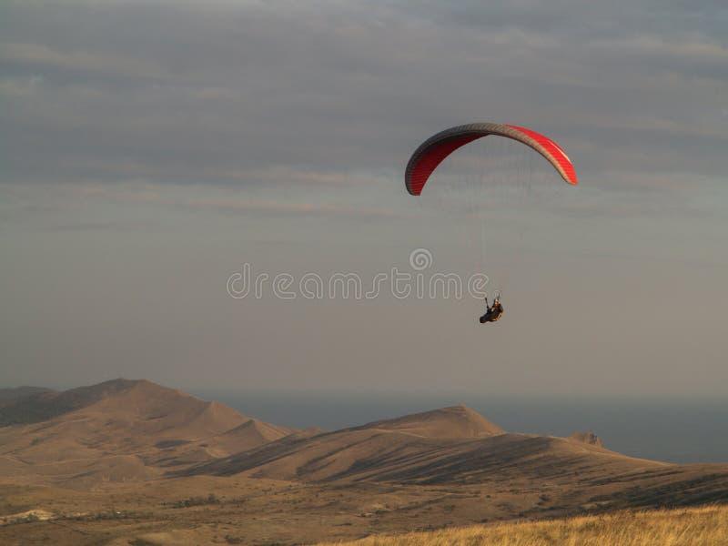 paragliding Zrozumienie szybowiec lata nad górami obrazy royalty free