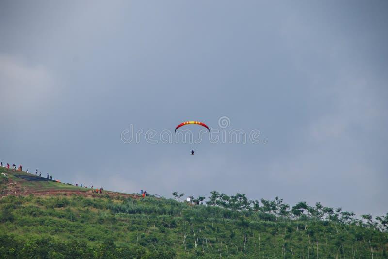 Paraglidingidrottsman nen, medan konkurrera i den nationella m?sterskapet royaltyfri bild