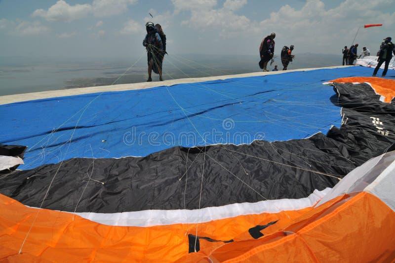 Paraglidingkonkurrens i wonogirien, Indonesien royaltyfri bild
