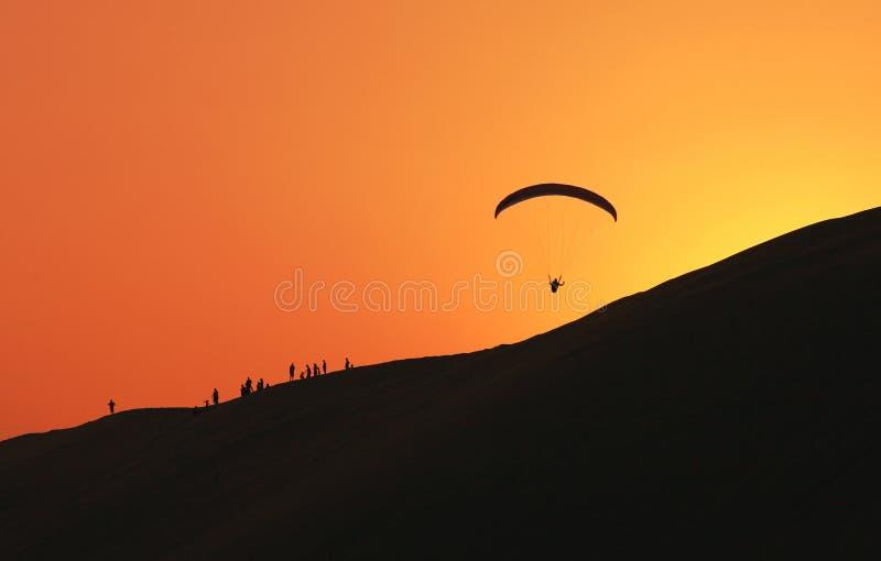 paraglidingqatar silhouette royaltyfri foto