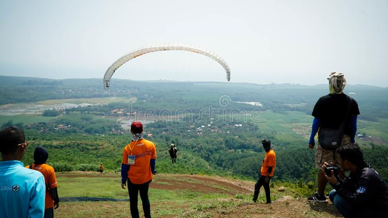 Paraglidingtur av Indonesien 2019, serie 1st-2019, April 25-28, 2019 p? den Sikuping kullen, Batang, centrala Java, Indonesien arkivbilder