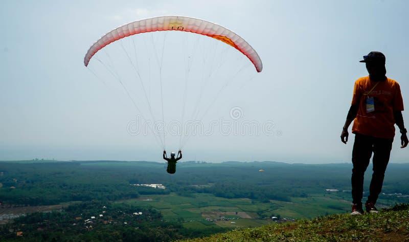 Paraglidingtur av Indonesien 2019, serie 1st-2019, April 25-28, 2019 p? den Sikuping kullen, Batang, centrala Java, Indonesien royaltyfria foton
