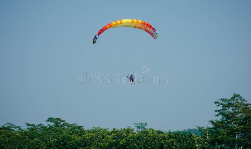 Paraglidingtur av Indonesien 2019, serie 1st-2019, April 25-28, 2019 p? den Sikuping kullen, Batang, centrala Java, Indonesien arkivfoto