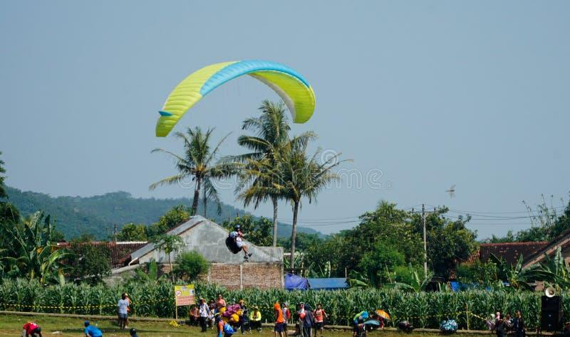 Paraglidingtur av Indonesien 2019, serie 1st-2019, April 25-28, 2019 p? den Sikuping kullen, Batang, centrala Java, Indonesien arkivbild