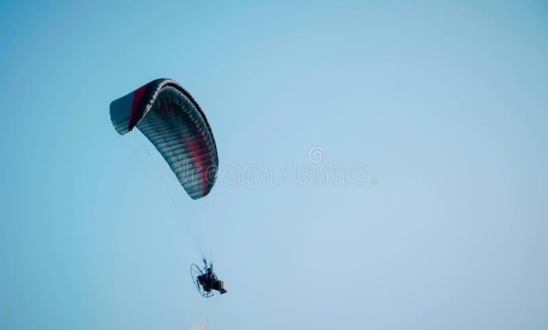 Paraglidingtur av Indonesien 2019, serie 1st-2019, April 25-28, 2019 p? den Sikuping kullen, Batang, centrala Java, Indonesien royaltyfri bild