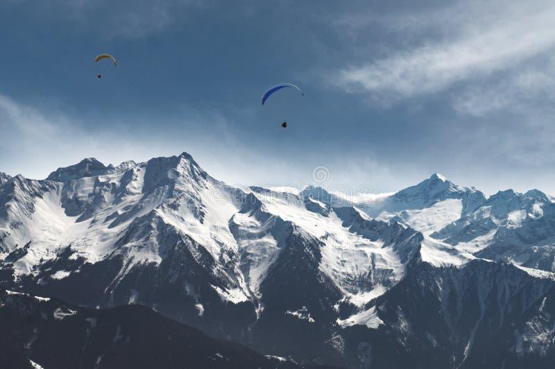 Paraglidung por encima de los Alpes imagenes de archivo