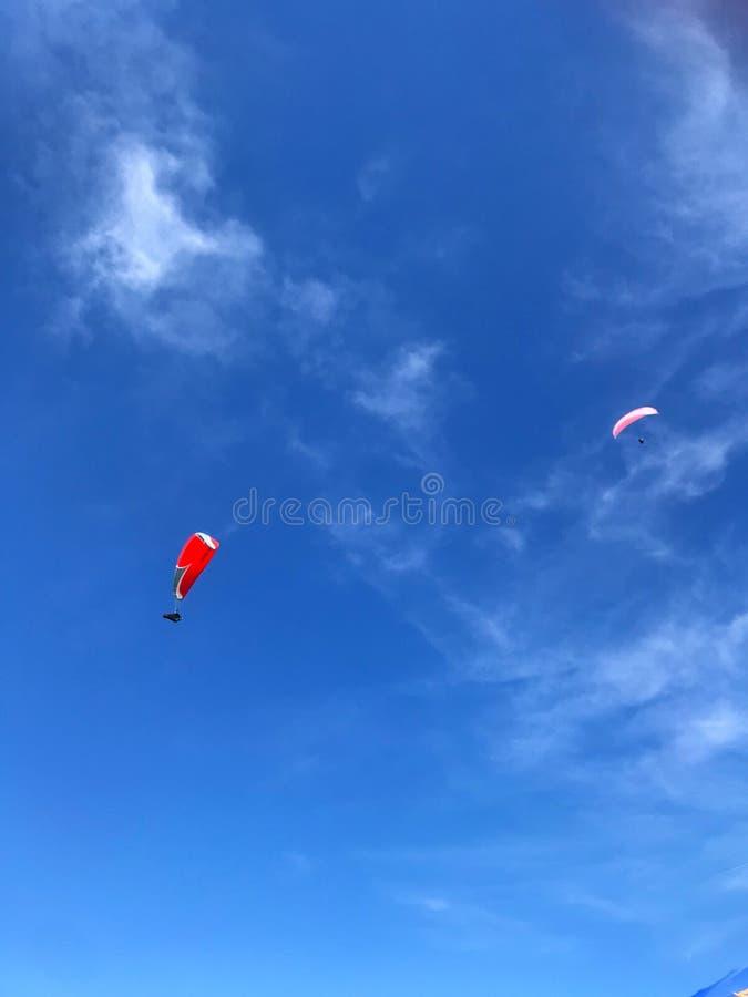 Paraglind ist eins von extremem Sport über dem Himmel stockfotos