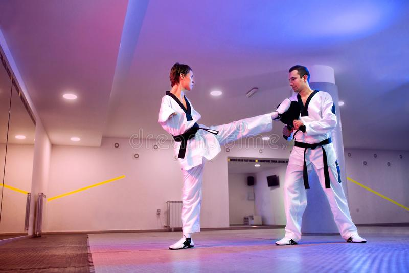 Paragraaf-taekwondo op purper-blauwe lichte achtergrond royalty-vrije stock fotografie