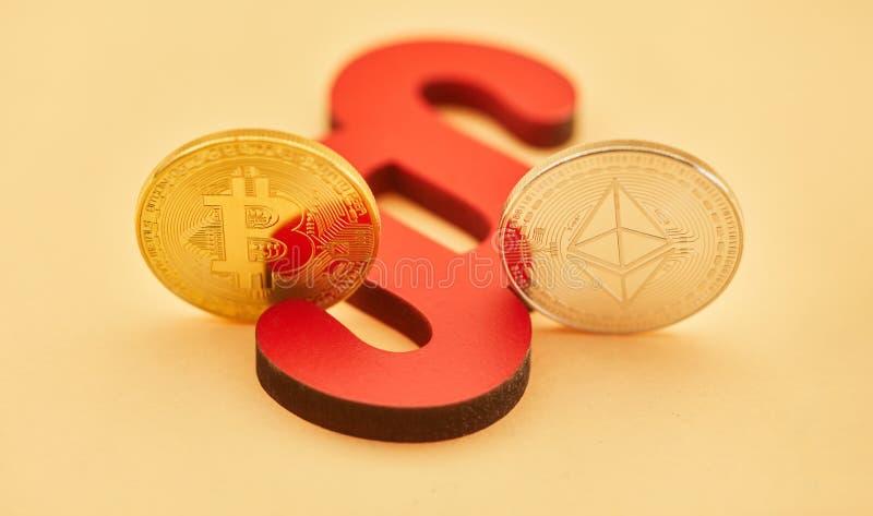 Paragrafo con la moneta dell'etere e di Bitcoin fotografia stock