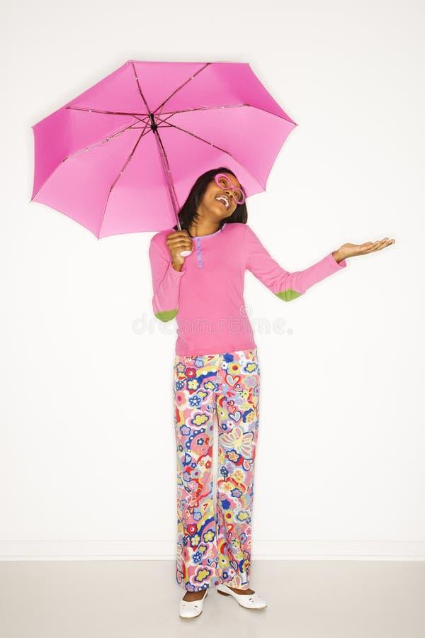 Paraguas adolescente de la explotación agrícola de la muchacha. fotos de archivo libres de regalías