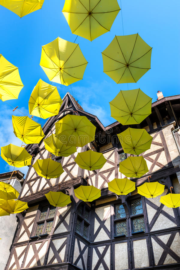 Paraguas al revés verdes en una calle, Thiers (Francia) imagen de archivo