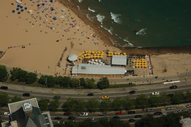 Paraguas amarillo en la barra de la playa fotos de archivo libres de regalías