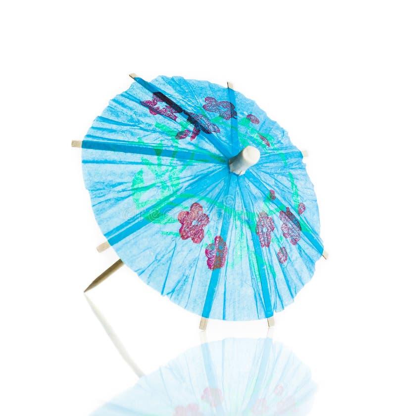 Paraguas azul del cóctel aislado contra el fondo blanco foto de archivo
