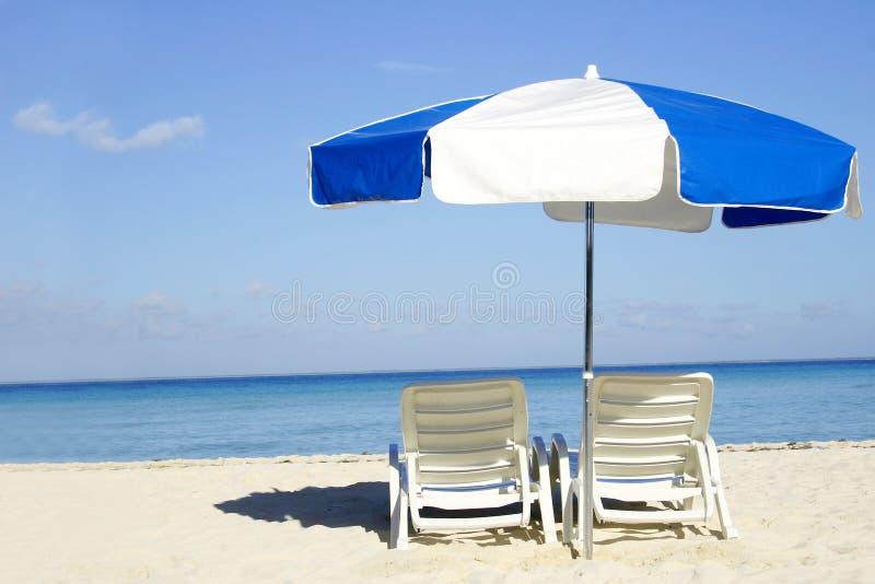 Paraguas azul y blanco imagenes de archivo